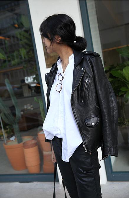 jean noir, chemise blanche et perfecto cuir noir