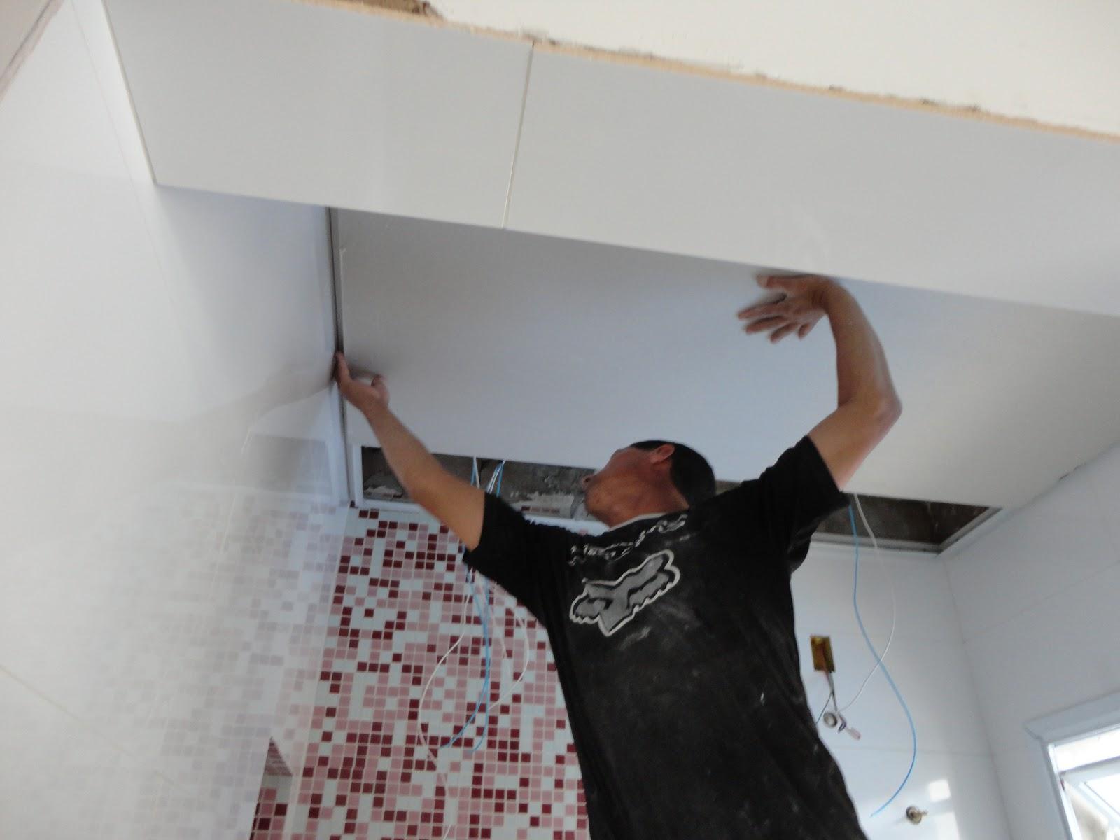 teto do banheiro foi rebaixado. Foi colocado gesso acartonado e a  #65433C 1600 1200