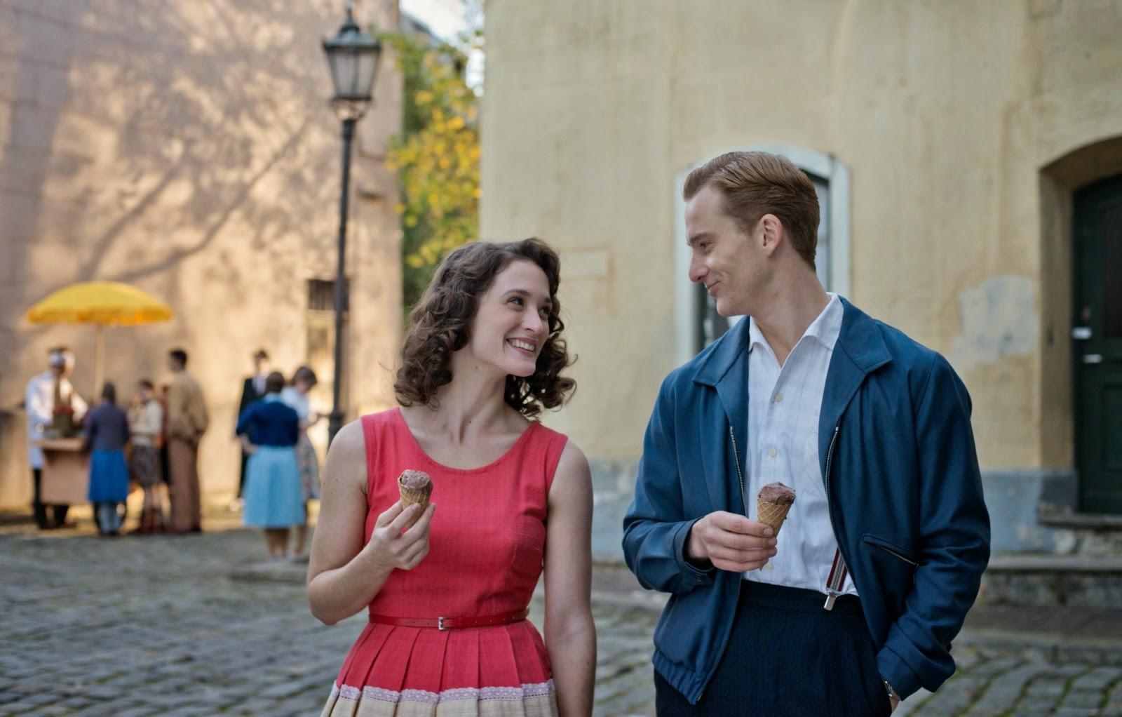 Friederike Becht (Marlene Wondrak) et Alexander Fehling (Johann Radmann) dans Le Labyrinthe du silence