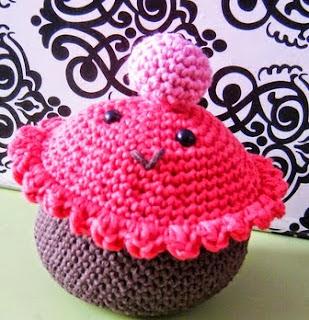 http://sweetsixteencraftstore.blogspot.com.es/2014/07/cupcake-amigurumi-free-pattern.html