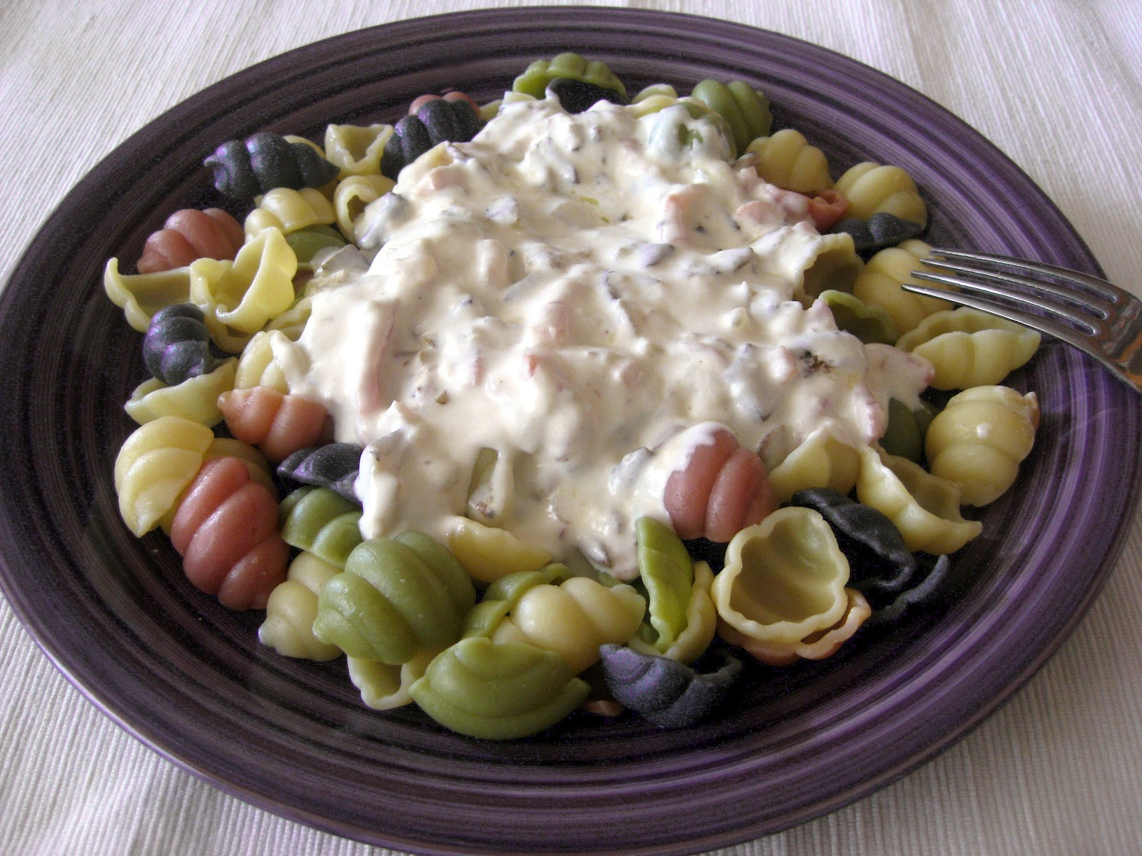 Pucheros y sartenes gnocchis de colores con salsa de nata - Como hacer salsa de nata ...