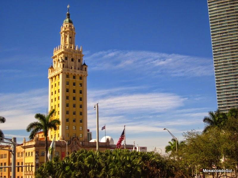 Foto da torre do prédio Freedom Tower que foi sede do jornal Miami News por muitos anos e hoje é um centro cultural
