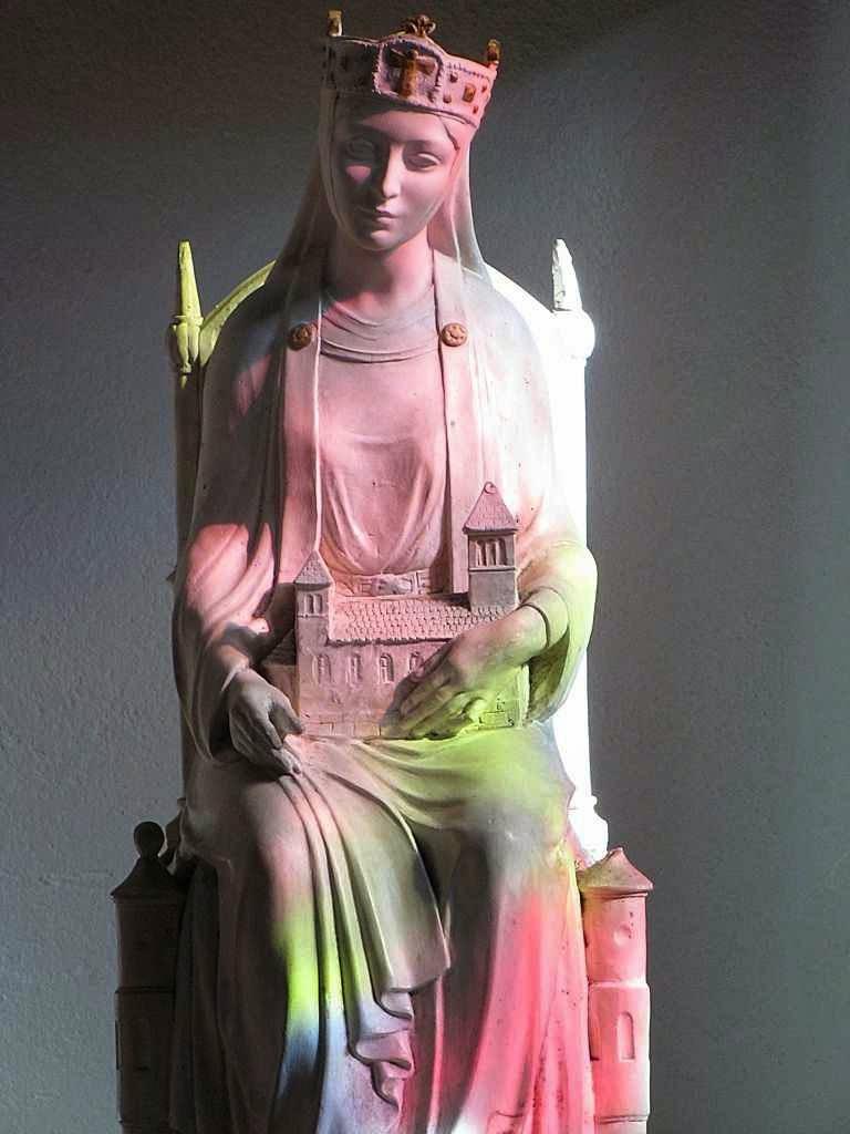 Santa Adelaide enquanto abadesa de Seltz Igreja de Saint-Etienne, Alsácia, colorida pela luz dos vitrais.