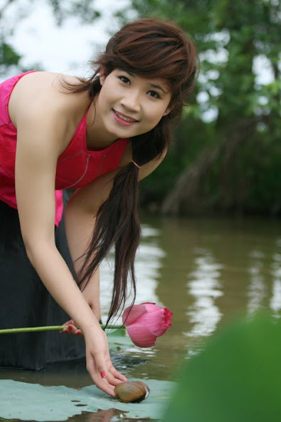 Girl xinh với áo yếm xưa bên hồ sen Phấn 1 28