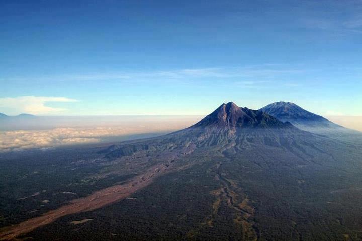 pemandangan gunung merapi dan slamet
