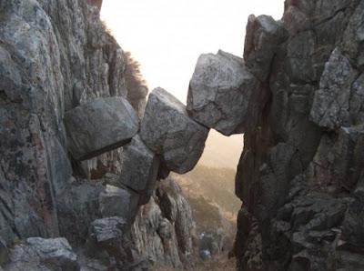Затерянный мир скалы. Горный обвал создал природный мост из камней.