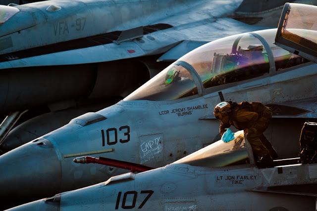 Porta-aviões (M570 - 43PM/2011)  U.S.-Navy-photo-by-Mass-Communication-Specialist-3rd-Class-Benjamin-Crossley3