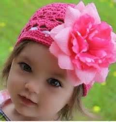 gambar bayi perempuan dan aksesoris rambut pink