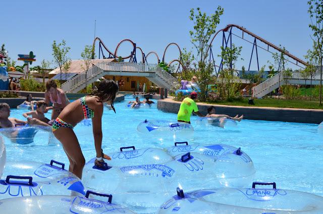 Los flotadores de Río Loco en Parque Warner Beach
