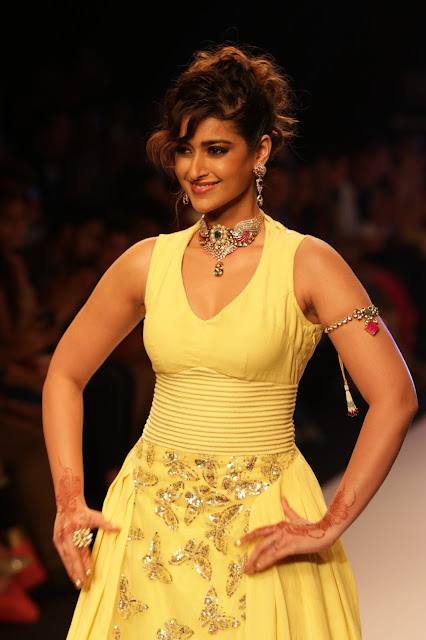 Ileana D'Cruz Showcasing Her Sexy Curves On The Ramp At IIJW 2015 Day 3