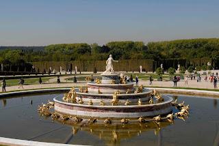 Brunnen im Garten vor Versailles