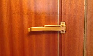 Retenedor y cerrojo de puerta de entrada color dorado.