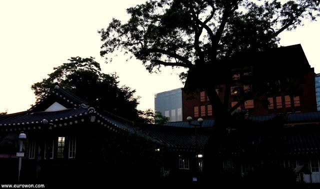 Siluetas de hanoks tradicionales en Seúl