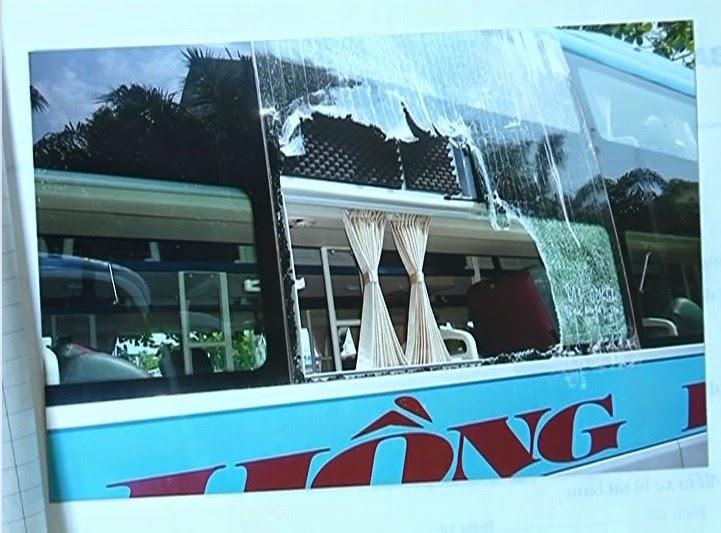 Xe khách tiếp tục bị ném đá vỡ kính trên Quốc lộ 14