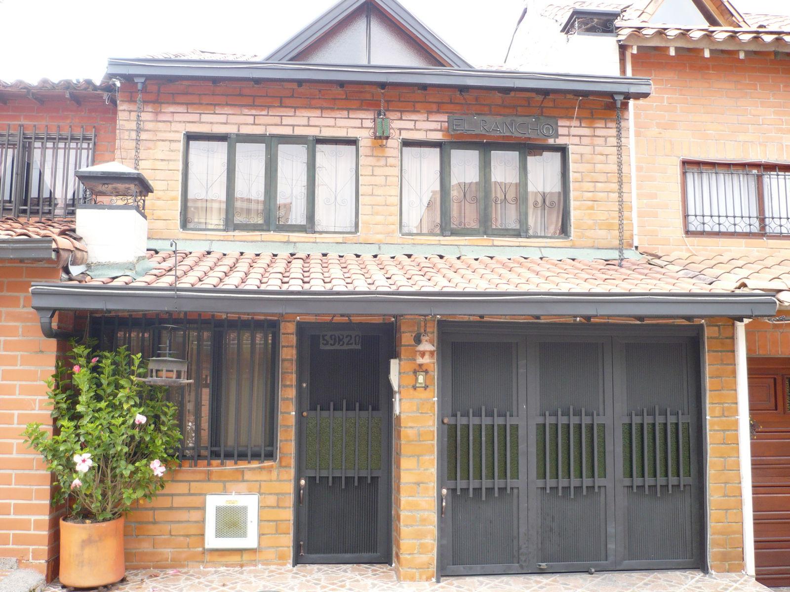 En la manzarda esta una habitacion con un patio y ba o for Losetas para fachadas