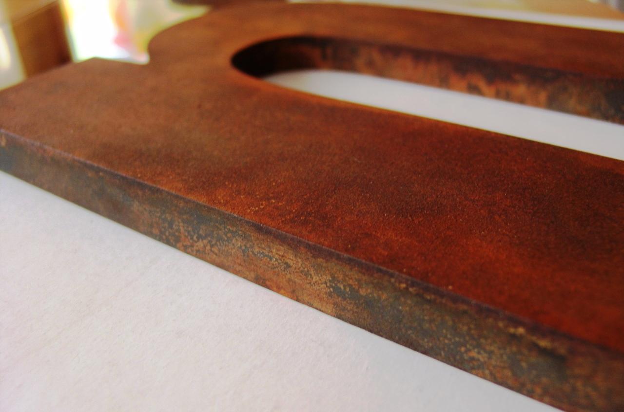 R tulos en valencia 961512403 letras efecto oxidado for Acero corten perforado oxidado