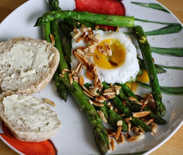 szparagi,śniadanie,jajko sadzone