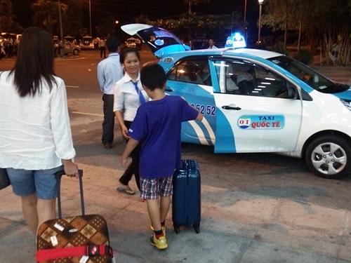 カムラン空港からニャチャンの街まで定額制のタクシーで移動