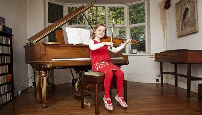 Foto gambar anak kecil berbakat main biola dan piano