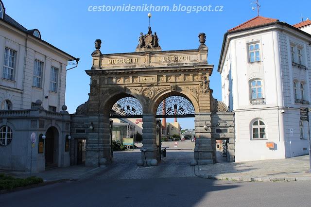 brána do plzeňského pivovaru // a gate to Pilsner Urquell Brewery