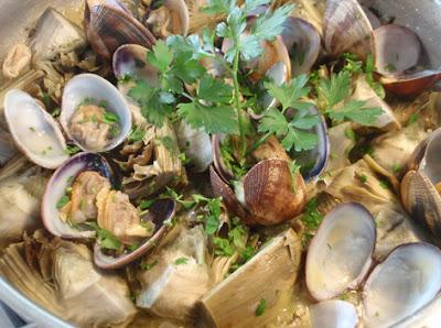 guiso de alcachofas con almejas