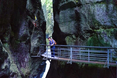 Menelusuri Jalan Baja Tepi Tebing Ngarai Aar Gorge di Swiss
