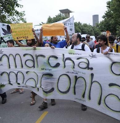 """Rio+20: Marcha da Maconha na """"Cúpula dos Povos"""".  Depois 'a culpa é do capitalismo' e o cidadão ordeiro  será penalizado com mais impostos  Foto Fabio Rodrigues Pozzebon-ABR"""