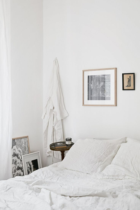 Cozy white scandinavian bedroom | Image via Fantastic Frank