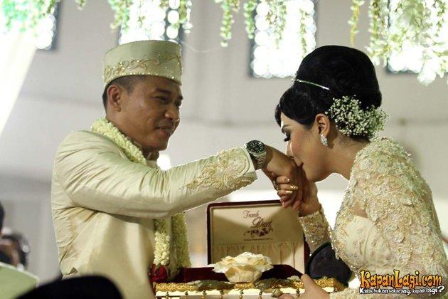 foto Pernikahan Anang dan Ashanty mencium tangan anang
