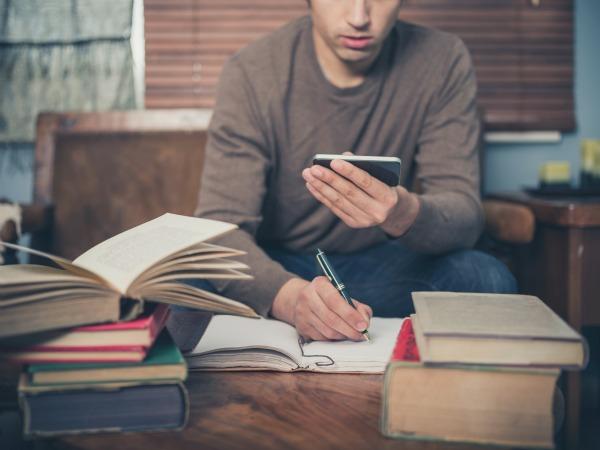 Estudiar con el móvil al lado distrae