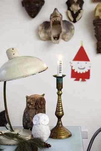 Świąteczny stolik z Mikołajem w tle