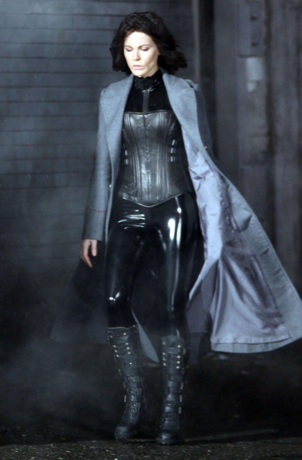 http://4.bp.blogspot.com/-gRvDKAgTMmA/TYCYYS50BJI/AAAAAAAAHN8/tiQyXB_OGgM/s1600/celebskin_kate_beckinsale_leather_latex_catsuit_corset_boots_underworld_candids_5.jpg