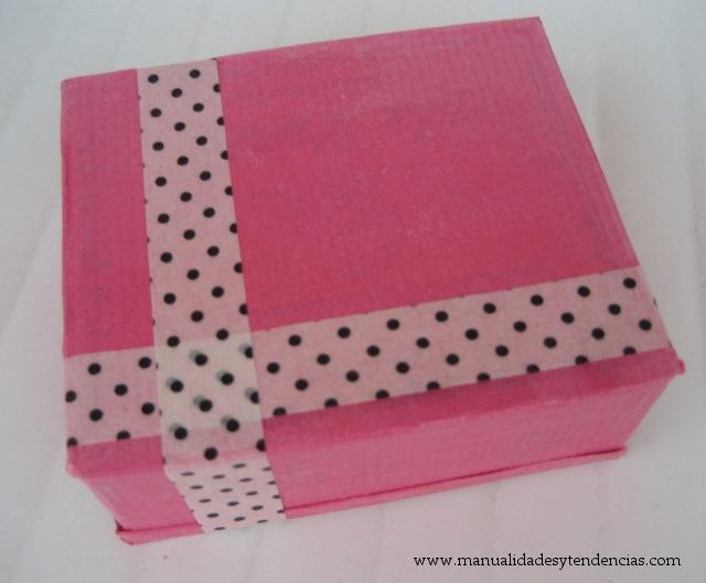http://www.manualidadesytendencias.com/2012/11/diy-caja-de-regalo-reciclada-recycled.html
