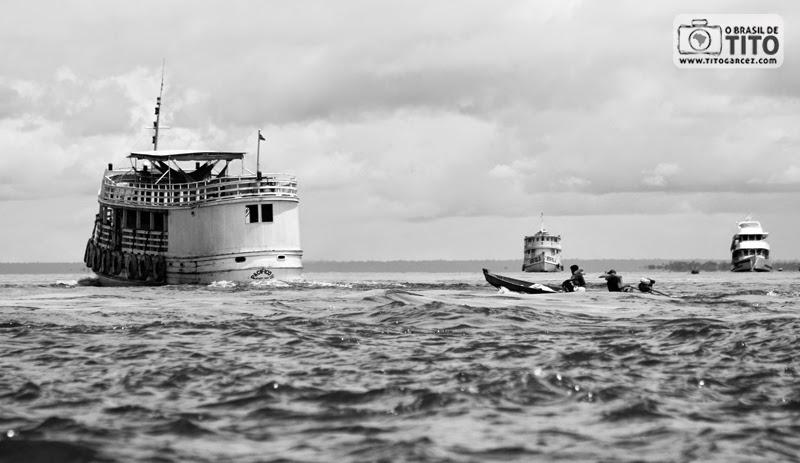 Barcos navegam através dos rios Amazonas e Tapajós em frente a Santarém, no Pará, na Amazônia
