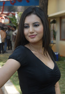 Anu Smrithi Hot boobs show in black t-shirt in high quality