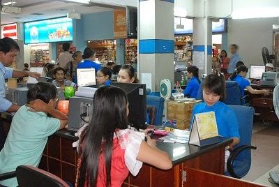 Hành khách mua vé tàu tại ga sài gòn