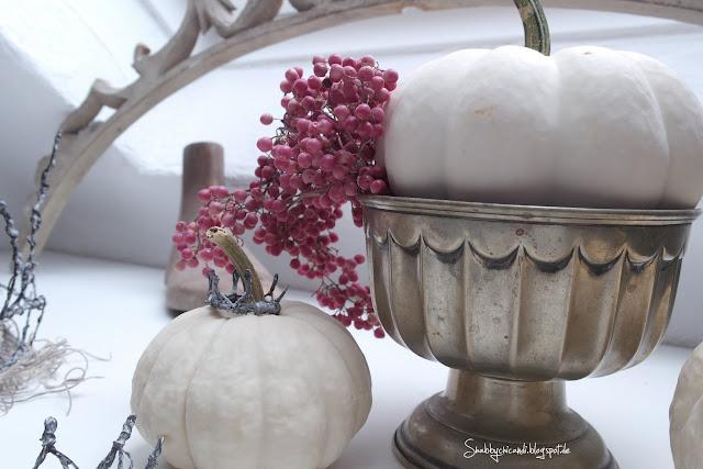 Herbstiche Deko mit Baby Boo Kürbissen und rosa Pfeffer.