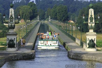 tourisme bateau fleuve rivière reflet maritime pont canal Briare Loire Loiret