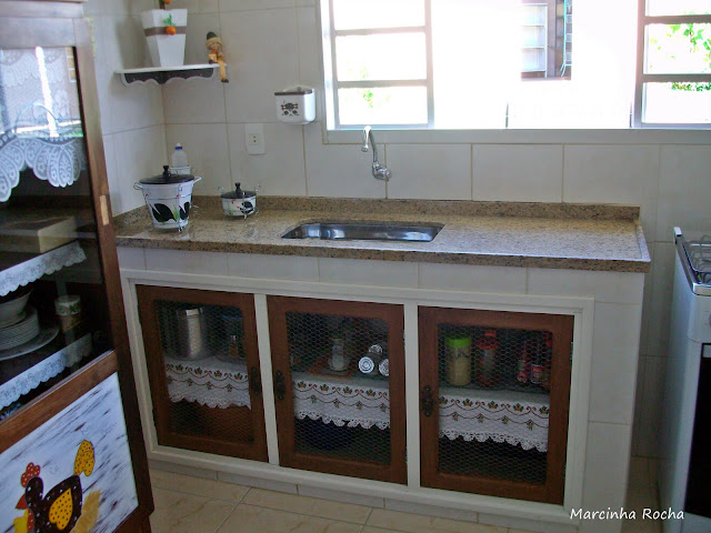 Reforma de armário antigo em cristaleira na cozinha mineira!  Jeito