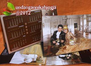 Undangan pernikahan multimanfaat, desain undangan dengan kalender  disisi yang lain