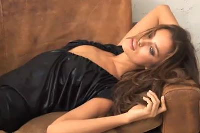 sexy y guapa irina shayk en un sofá