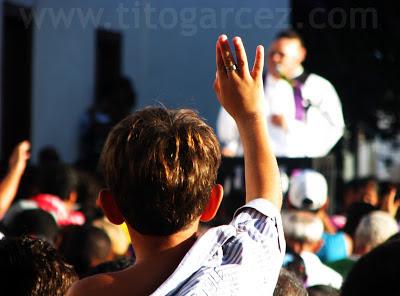 Na Praça São Francisco, garoto se mostra atento ao que é dito por um representante da igreja