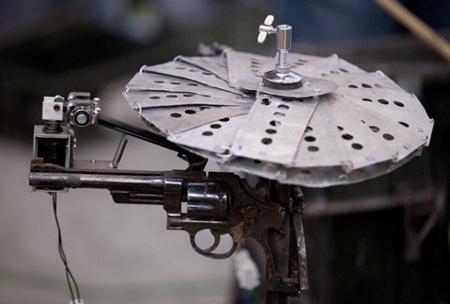 فنان مكسيكي يحول اسلحة الحروب الي آلات موسيقية