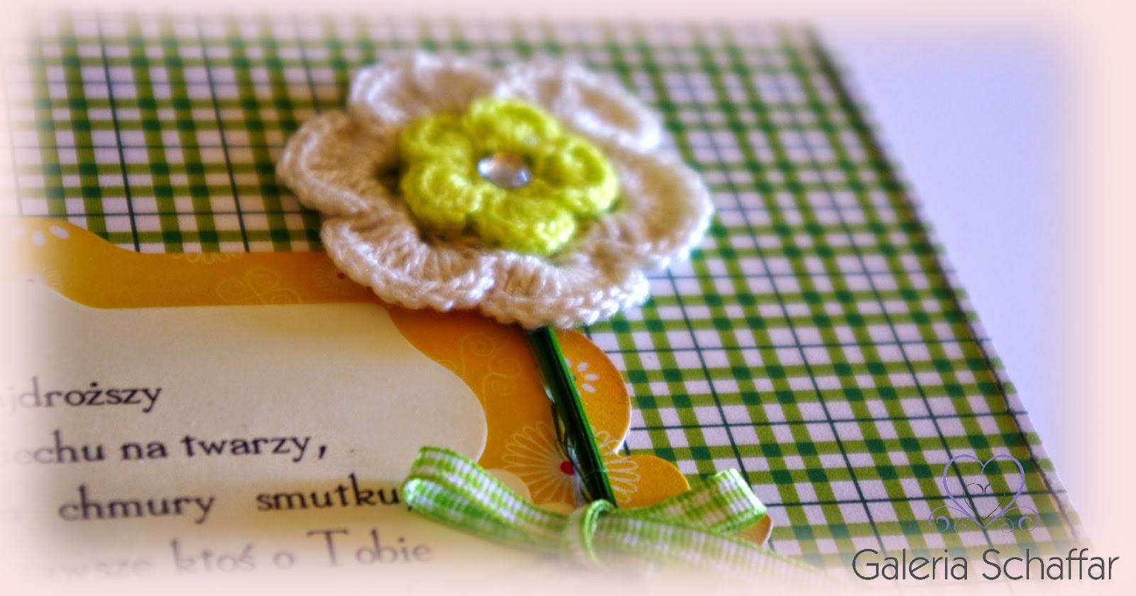 album w kolorze zieleni i żółci kwiaty z kordonka