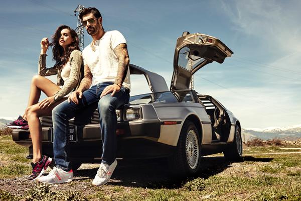 Yumas campaña Otoño Invierno con Melendi y Carolina Sánchez con coche deportivo Delorean