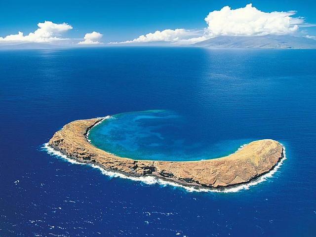 Kawah Unik Berbentuk Bulan Sabit Di Hawai [ www.BlogApaAja.com ]