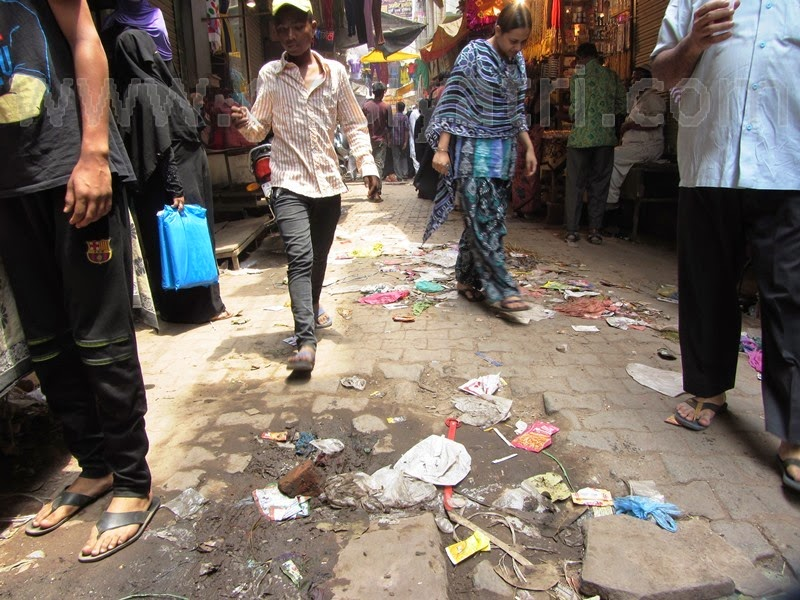 Garbage on the streets of Varanasi. Image courtesy: DesiYatri