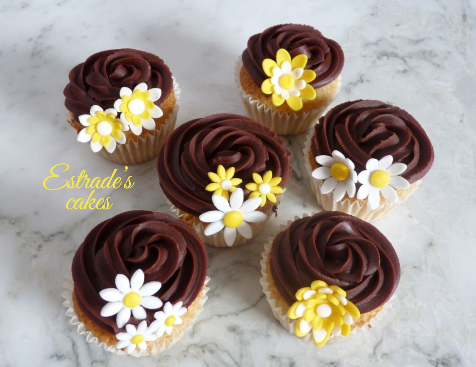cupcakes de almendra con ganache de chocolate decorado con flores - 2
