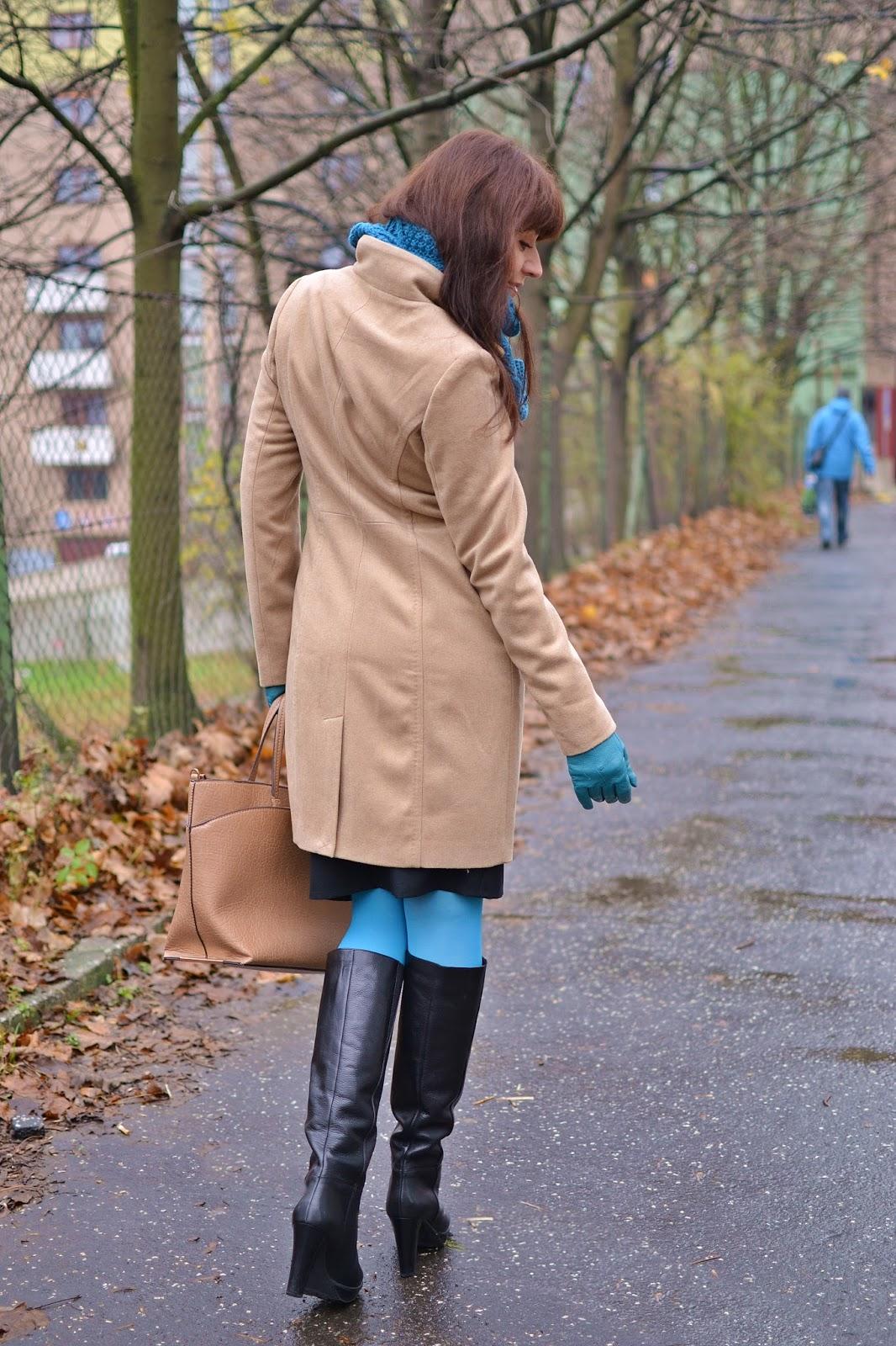 What can I wear today_Katharine-fashion is beautiful_Tyrkysové kožené rukavice_Tyrkysové pančuchy_Béžový kabát_Čierna pencil sukňa_Katarína Jakubčová_Fashion blogger
