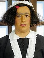 Tom Cavalcante caracterizado como empregada doméstica.